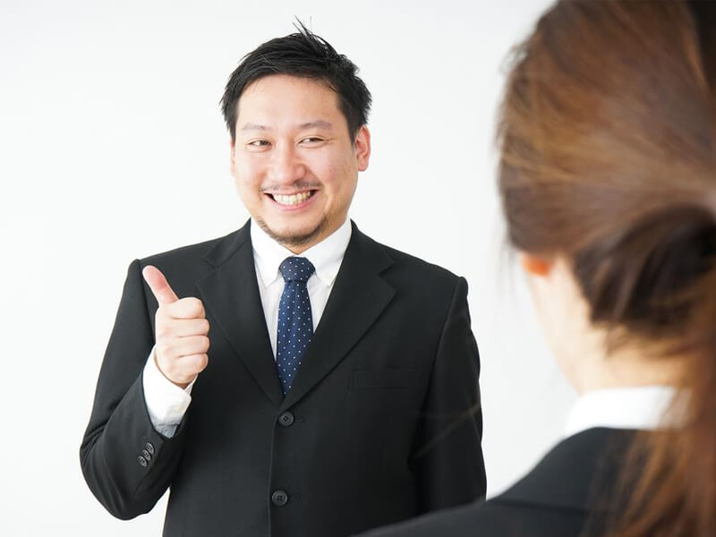 customer service manager motivates new employee